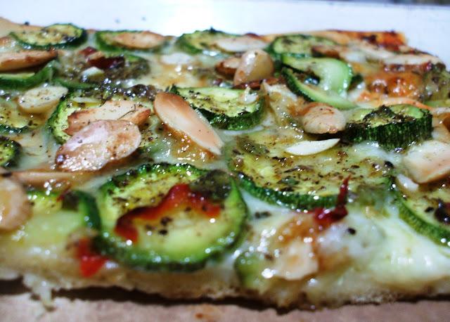 Pizza bianca con zucchine marinate e mandorle