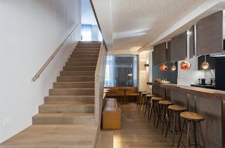 contoh terpasang papan tangga kayu