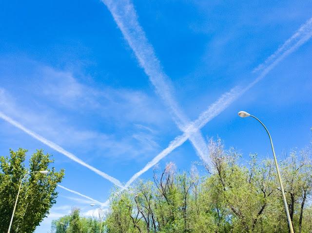 Cuando el viento juega con las estelas de los aviones