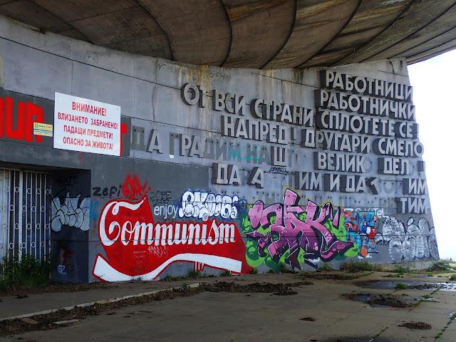 Buzłudża - murale od frontu pomnika