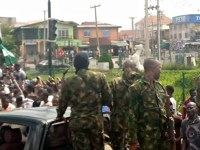 Soldiers Calm EndSARS Protesters As They Defy Osun Government's Curfew (Video)
