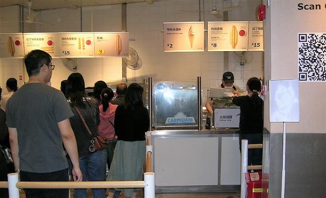 多くの客の目当ては安いソフトクリーム
