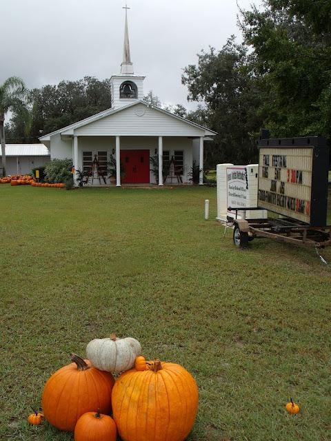 Iglesia con calabazas y decoraciones por la fiesta de Halloween