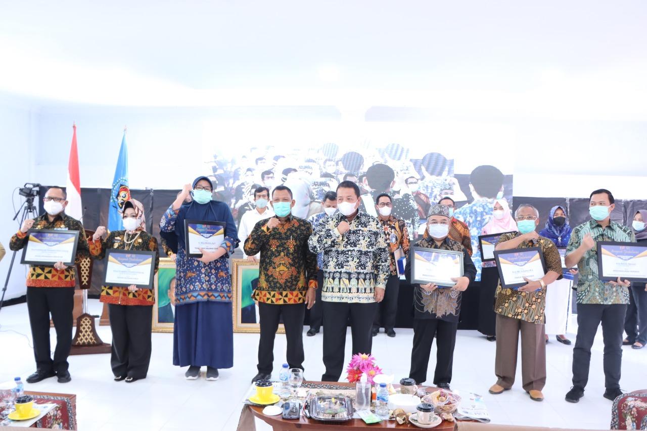 Gubernur Arinal Djunaidi Menerima Penghargaan Sebagai Inisiator Program Kartu Petani Berjaya Dari PWI Provinsi Lampung