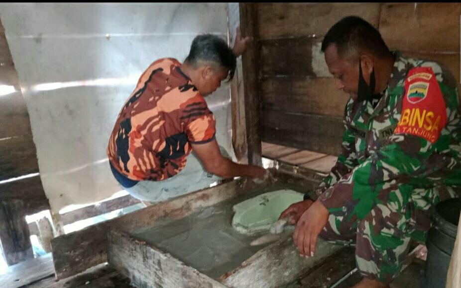 Babinsa Yudi Teguh Memonitoring Kegiatan Sanitasi Teknologi Tepat Guna