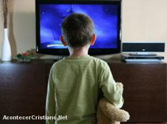 Niño frente a la televisión