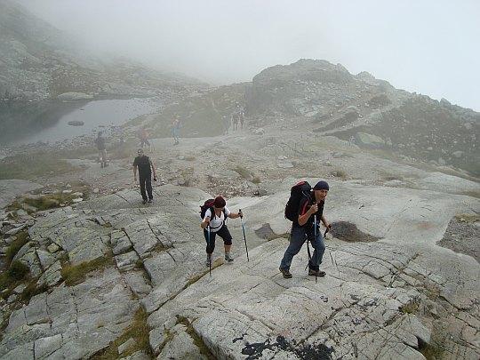 Podejście do Schroniska Téryego. Z tyłu widać Mały Staw Spiski (słow. Malé spišské pleso)
