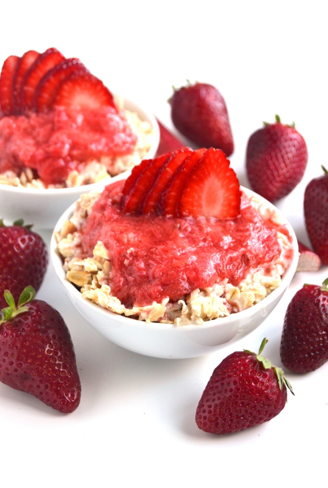 Strawberry Rhubarb Oatmeal is the perfect breakfast with a fresh, tart strawberry rhubarb sauce and is topped with fresh strawberries. Ready in just 15 minutes! www.nutritionistreviews.com