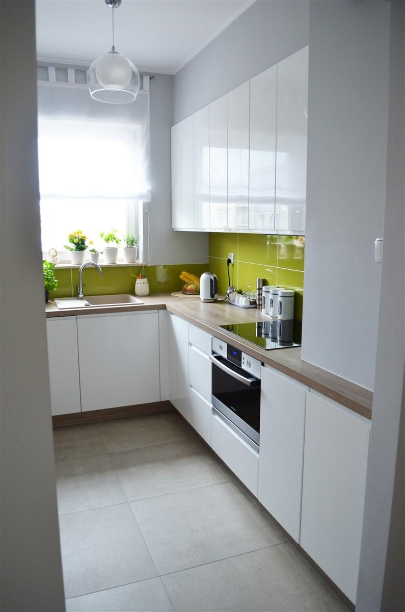 dekorator amator Dwie białe kuchnie -> Kuchnia Zielone Kafelki