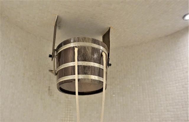 La douche tradionnelle au seau d'eau froide (Vital SPA)