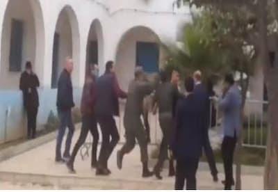 فيديو: باشا و قائد مقاطعة يتعرضان لمحاولة التصفية بعد اقتحام 5 أشخاص مقر الباشوية بالأسلحة البيضاء و هم في حالة هيسترية