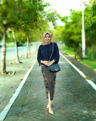 Model Inpirasi Kebaya Modern Batik Broklat Navy Rok Batik Mega Mendung