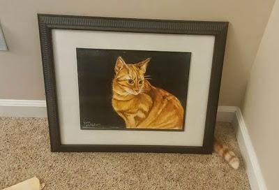 Gato detrás de una pintura