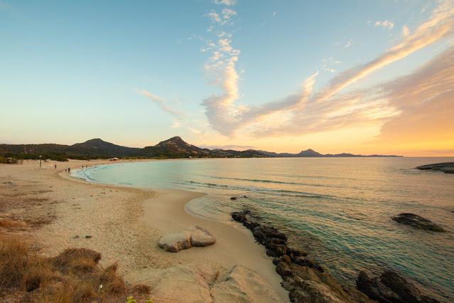 Alba sulla spiaggia di Santa Giusta