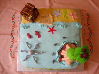 Vista cenital tarta mesa dulce piratas