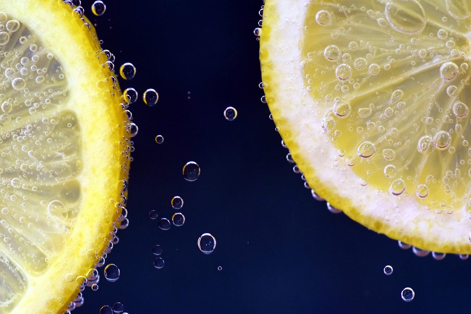 que beneficios tiene tomar agua tibia con jugo de limon