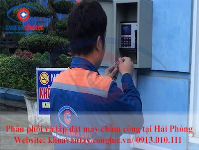 Kỹ thuật viên công ty Cộng Lực lắp đặt máy chấm công cho doanh nghiệp tại khu công nghiệp của thành phố Hải Phòng.
