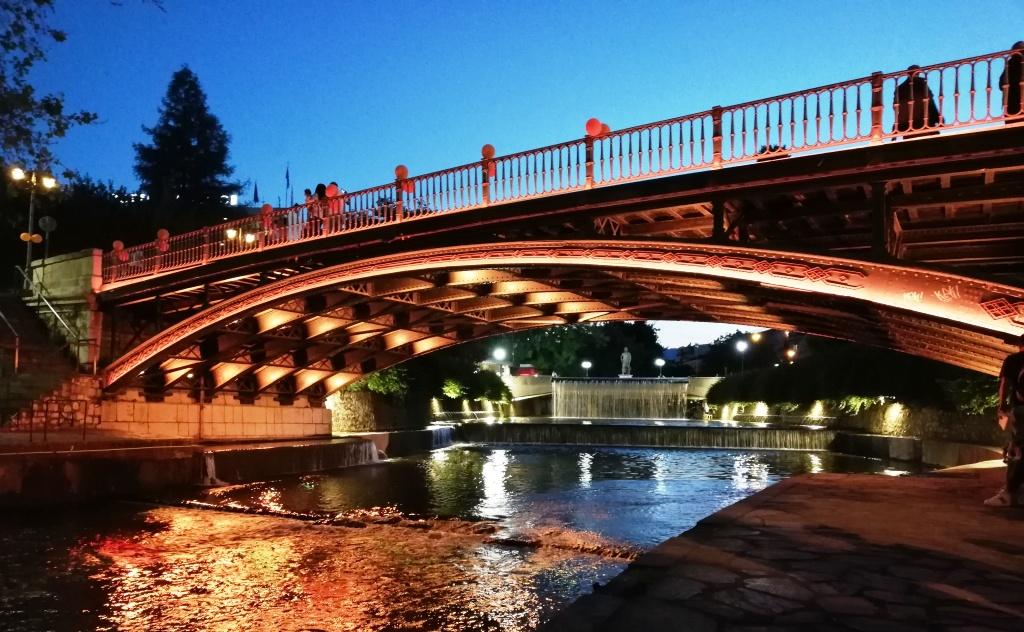Σε πορτοκαλί χρώματα για την Παγκόσμια Ημέρα για τη Σκλήρυνση κατά Πλάκας η γέφυρα των Τρικάλων (ΦΩΤΟ)