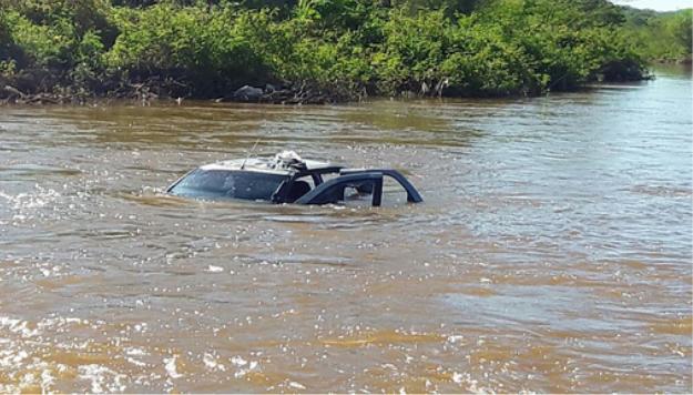 Em Santana do Ipanema, Carro cai no Rio Ipanema