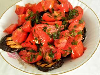 Salata de vinete la gratar cu rosii si usturoi