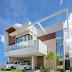 Fachada de casa com viga aérea e pergolado + painel de pedra, madeira e vidro!