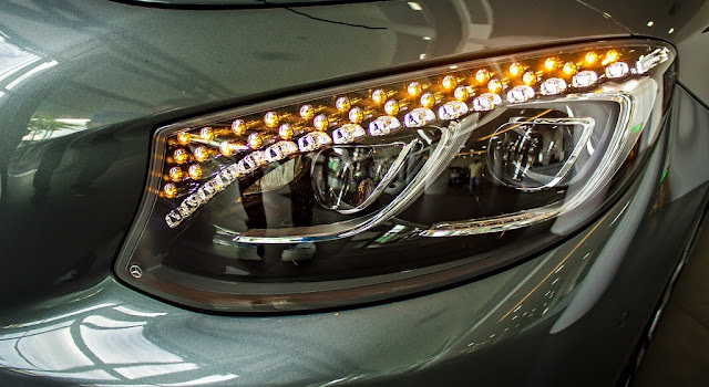 Cụm đèn trước Mercedes S500 4MATIC Coupe 2018 được trang trí 94 tinh thể pha lê Swarovski trong suốt như kim cương
