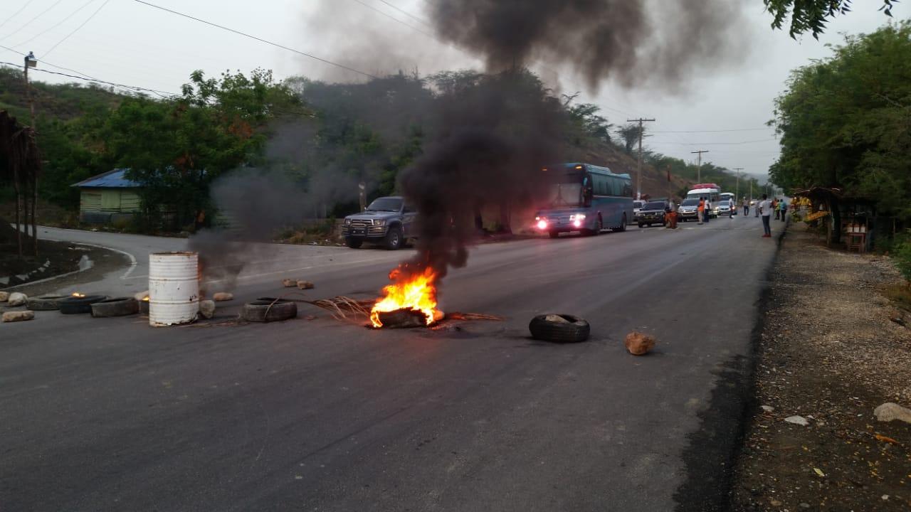 Huelga en Quita Coraza_:  dejaron cientos de vehículos varados a ambos extremos de La carretera Barahona Santo Domingo