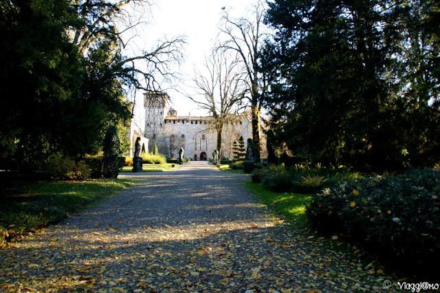 Vialetto con sullo sfondo il Castello di Grazzano