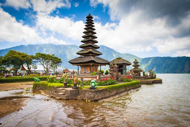 Tempio sul lago di Ulun Danu Beratan-Bali