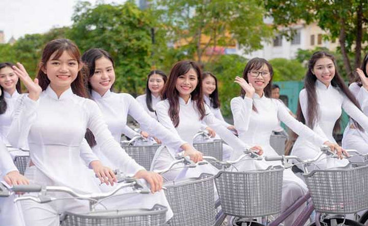 Chiếc áo dài màu vải trắng tinh tự tin sải bước mà không sợ vướng víu