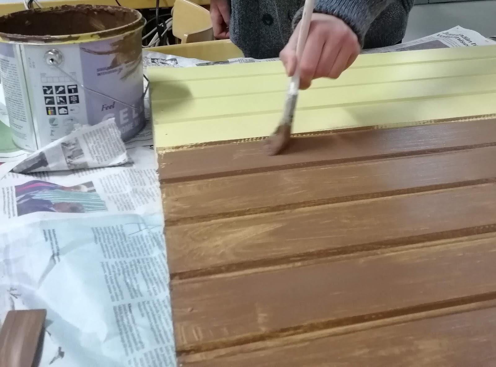 puutaustan maalaus