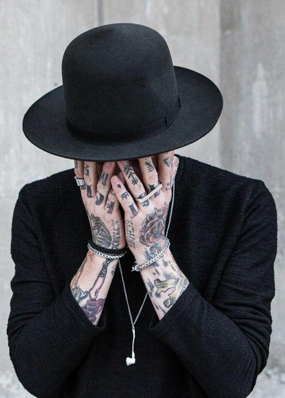 tatuagem na mão no braço e nos dedos masculino