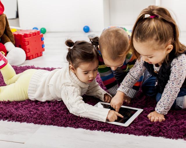 جدید دور کی برق رفتاری نے والدین سے بچوں کاوقت بھی چھین لیا