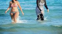 Depuis quelques années, la polémique autour du burkini, ce maillot intégral censé être conforme à la religion musulmane, revient chaque été. Un sondage IFOP datant du 23 juillet révèle que les Français semblent lui préférer largement la mode du topless (seins nus).