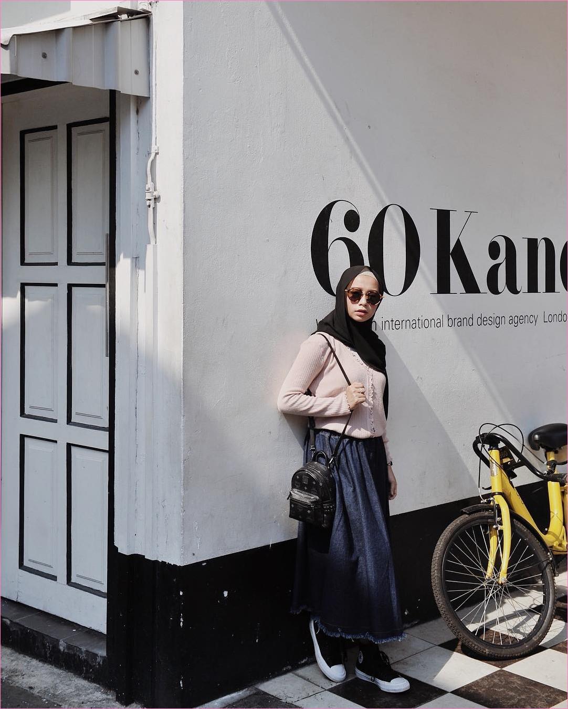 Outfit Rok Untuk Hijabers Ala Selebgram 2018 kets sneakers all start putih slingbags hijab pashmina diamond hitam blouse  sweater krem muda kacamata bulat oren rok jeans denim skirt ciput rajut ootd trendy