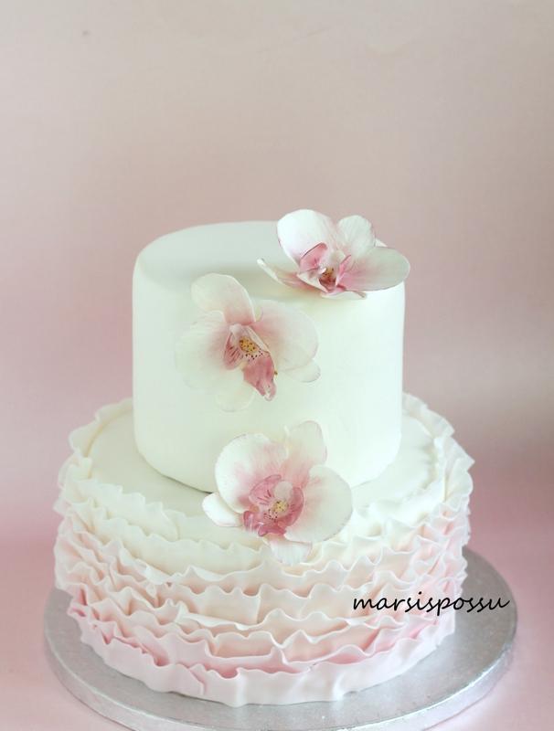 Orkideoin koristeltu kakku