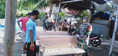 Serma Suparno (Babinsa), beri motivasi Pengrajin kursi kayu