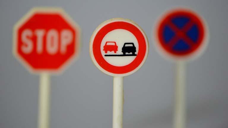 rambu lalu lintas larangan peringatan