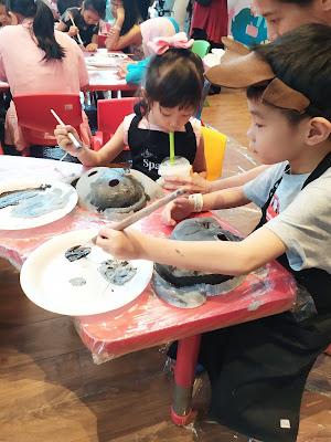 Kegiatan anak melukis di topeng