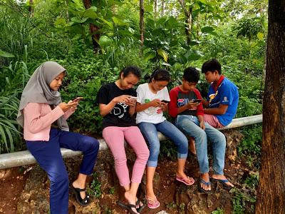 Anak-anak pejuang signal demi Kegiatan Belajar Mengajar secara online