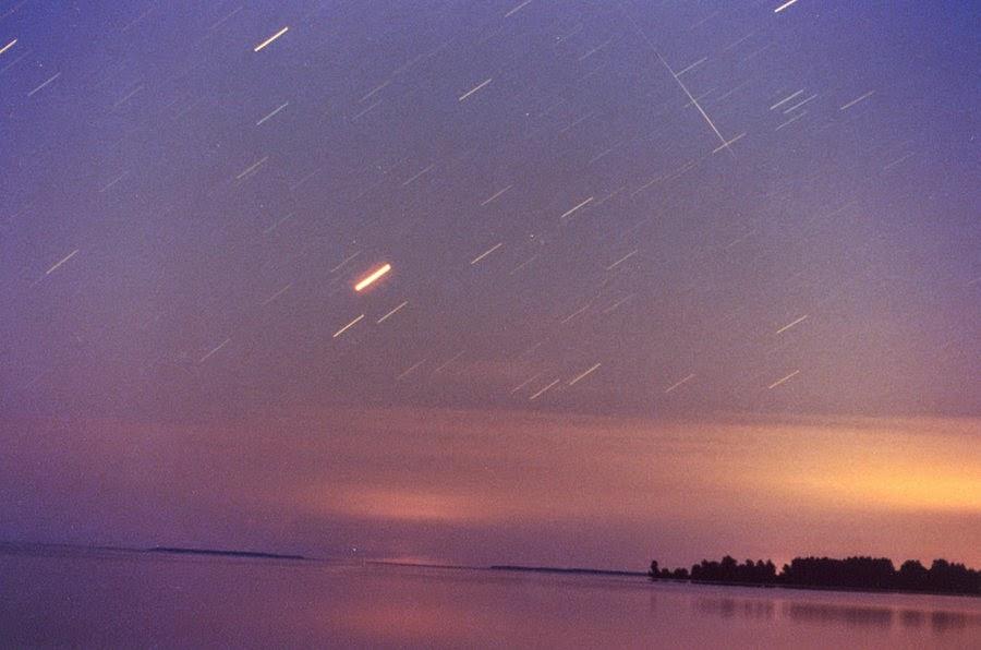 cielo con estrellas fugaces