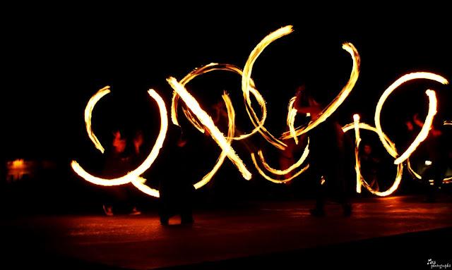 Malabares de cariocas de fuego por la noche