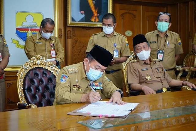 Gubernur Al Haris Tandatangani Pergub Refocusing Anggaran Guna Penanganan Covid-19