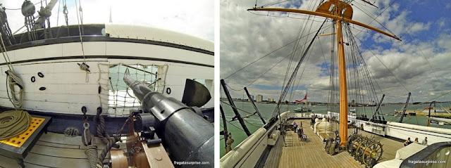 Convés principal do navio HMS Warrior, nos Estaleiros Históricos de Portsmouth, Inglaterra
