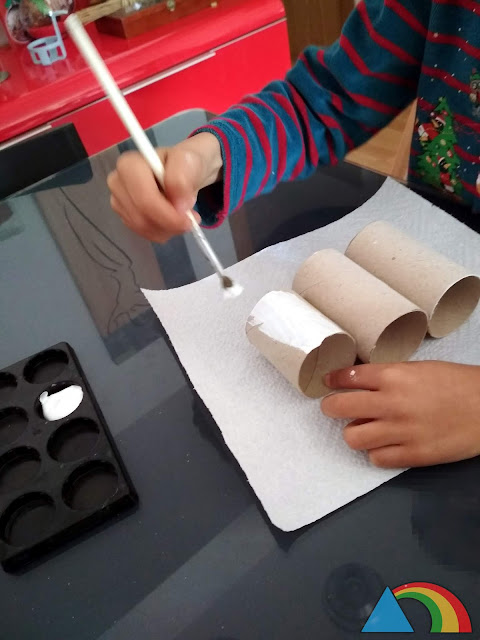 Pintando rollos de cartón de papel higiénico