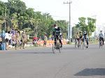 Buka Porkab ISSI, Gus Muhdlor Jajal Lintasan Arena Balap Sepeda di Halaman Parkir MPP