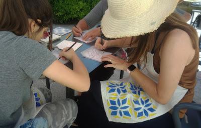 mulheres pintando azulejos