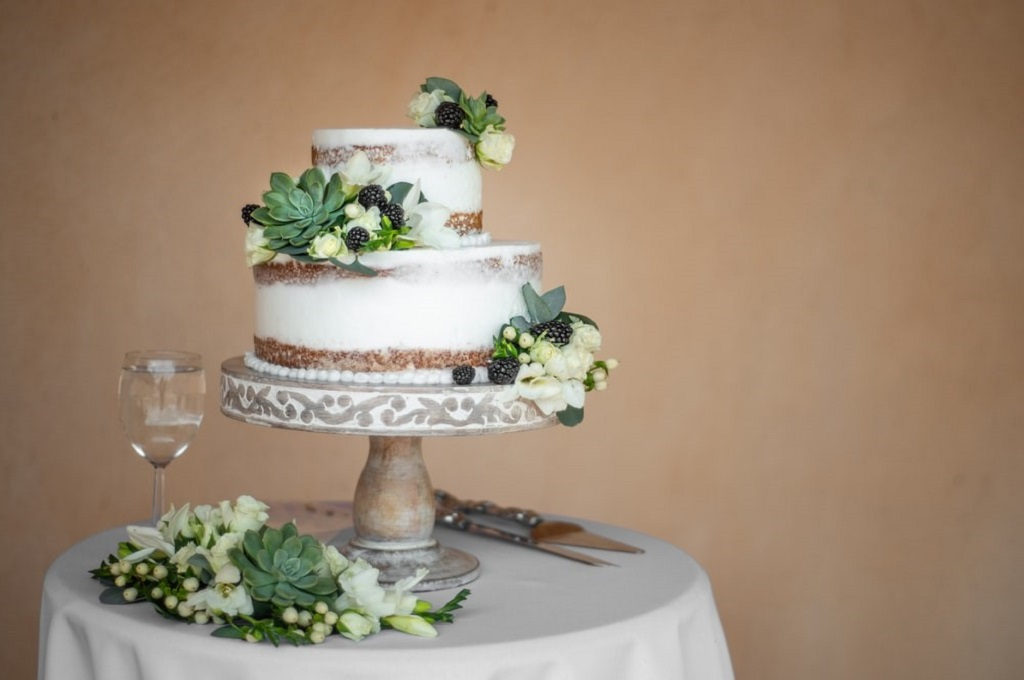 Fresh or Sugar Flowers on Wedding Cake?