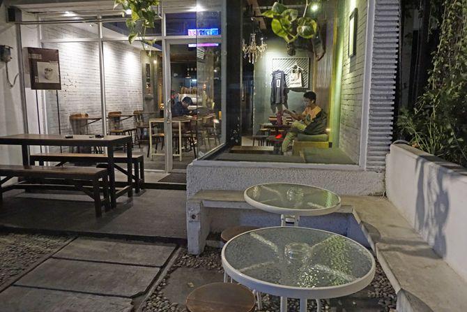 Area luar  Le Travail Coffee Jogja untuk para perokok