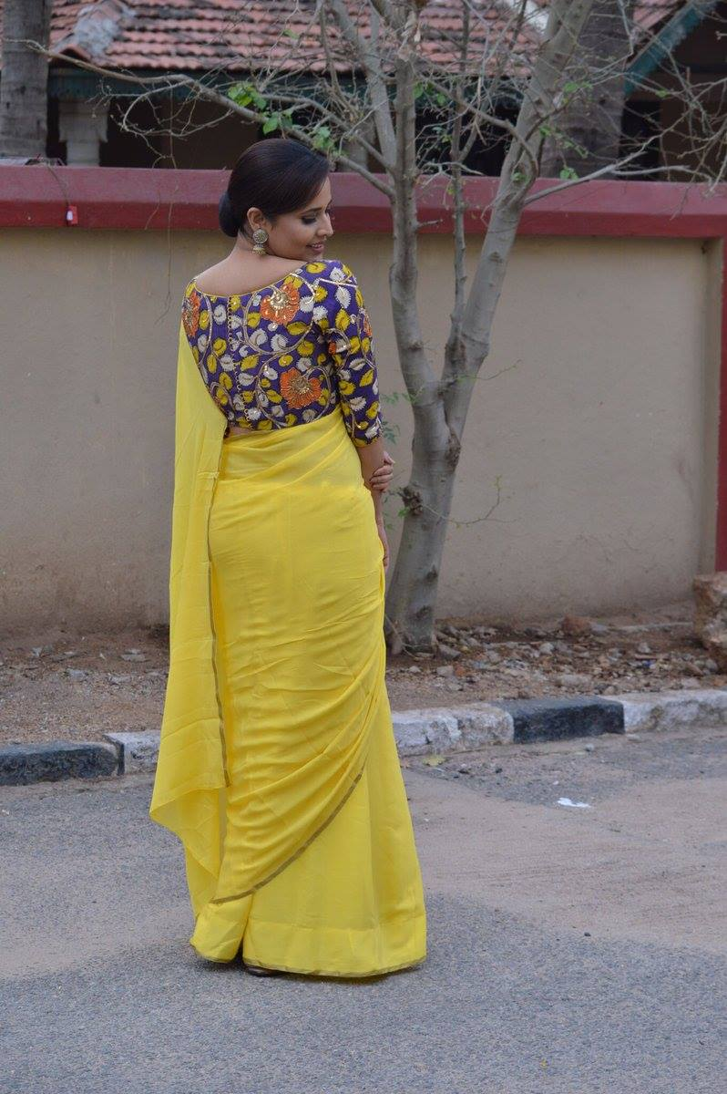 Telugu TV Anchor Anasuya Bharadwaj Navel Hip Show Photos In Yellow Saree